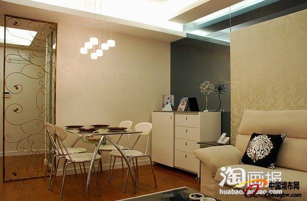 奶白色的壁纸与奶白色的家具和米色的沙发搭配的非常