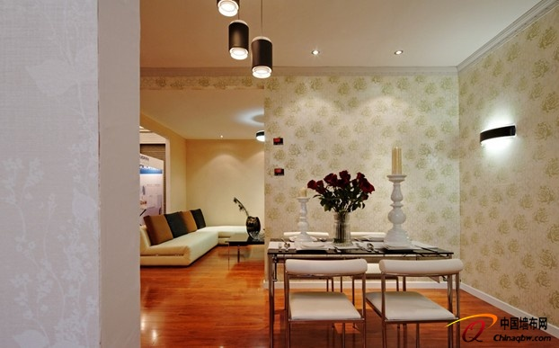 餐厅:要简洁 也要有趣味,简约不简单 桌椅、餐具等已经让就餐氛围热闹起来,墙纸便可尽量简洁有趣,与环境融合尤为重要,色彩图案不同的餐厅墙纸能给人带来不同的感官刺激,照顾你的味蕾。 空间特点:与爱人、家人分享美味的同时,离不了餐厅的氛围营造,这里是感情交流的空间,墙面墙纸应注重感官享受。