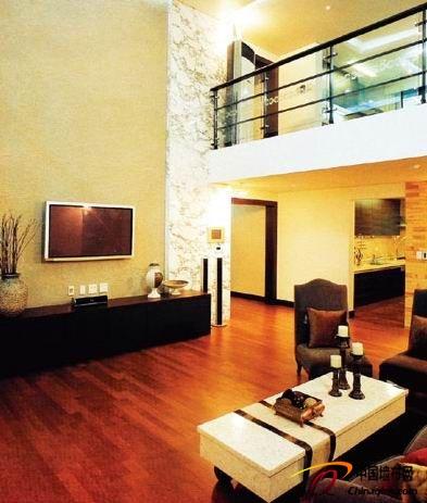 客厅壁纸装修效果图:电视背景墙是客厅的组成部分,它的方位取决于沙发
