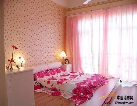 卧室壁纸装修效果图:暖粉色系会给人带来如同冰激凌般的甜美细腻感,身