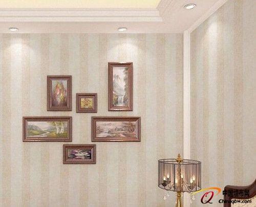 装修墙纸效果图:现代中式淡雅竖条纹墙壁纸,搭配朴素优雅的挂画,更加图片